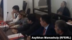 Режиссер Талғат Жәнібеков (оң жақта жоғарыда) пен адвокаттар сот залында отыр. Алматы, 9 наурыз 2017 жыл.