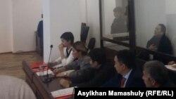 Режиссер фильма «Феникс» Талгад Жаныбеков (крайний справа) и адвокаты на заседании суда. Алматы, 27 апреля 2017 года.