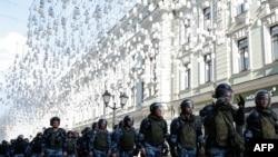 استقرار پلیس ضدشورش در مرکز مسکو؛ عکس مربوط به اعتراضات شنبه، پنجم مرداد است