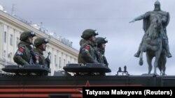 Орус армиясы Кызыл аянтта аскердик парадга даярдык көрүүдө. 26-апрель, 2018-жыл.