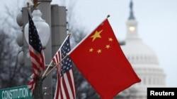 ჩინეთისა და აშშ-ის დროშები