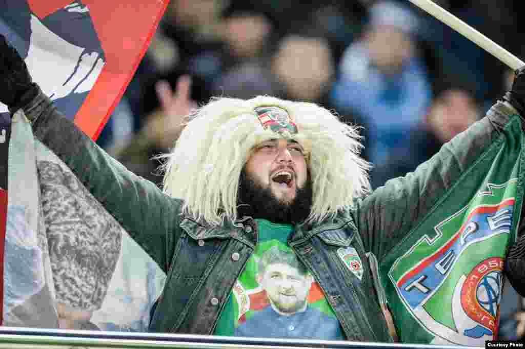 Кадыров Рамзанан сурт ду стадионехь хьажархочун футболки тIехь.
