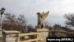 Керчь, Митридатская лестница, статуя грифона