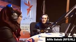 شفیقه حبیبی (راست) حین مصاحبه با عفیفه ساکب خبرنگار رادیو آزادی در کابل. August 26 2019