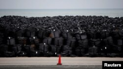 Vreće pune ozračene zemlje, lišća i krhotina ostavljene uz obalu nakon čišćenja u Tomioki, posle zemljotresa i cunamija koji je pogodio Japan 2011. godine