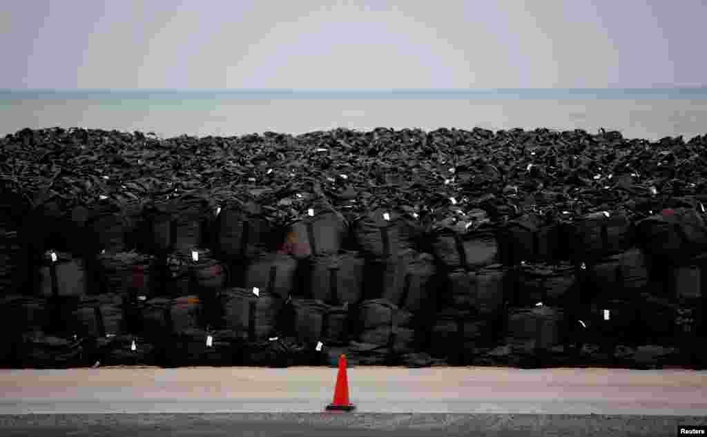 Ближайший к станции район города находится всего в четырех километрах, но в правительстве утверждают, что находиться в нем уже не опаснодля жизни и здоровья На фото – мешки с зараженным радиацией песком. Фото от 2011 года