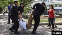 Полицейлер наразылыққа келген азаматтарды ұстап алып бара жатыр. Алматы, 23 маусым 2018 жыл