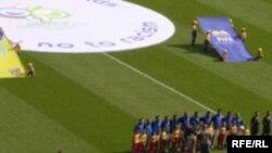 Каждый международный матч начинается с исполнения гимнов. Но российские телезрители, по крайней мере, на Первом канале, этого не видят