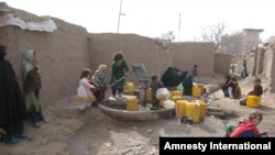 At the Minaret camp in Herat city, IDPs fetch water from the only existing water pump in the camp, which was built in the early 1990s.