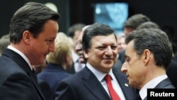 Британский премьер Дэвид Кэмерон, глава Еврокомиссии Жозе Мануэль Баррозу и президент Франции Николя Саркози (слева направо) во время саммита Евросоюза, посвященного ситуации в Ливии и в Северной Африке (11 марта 2011 г.)
