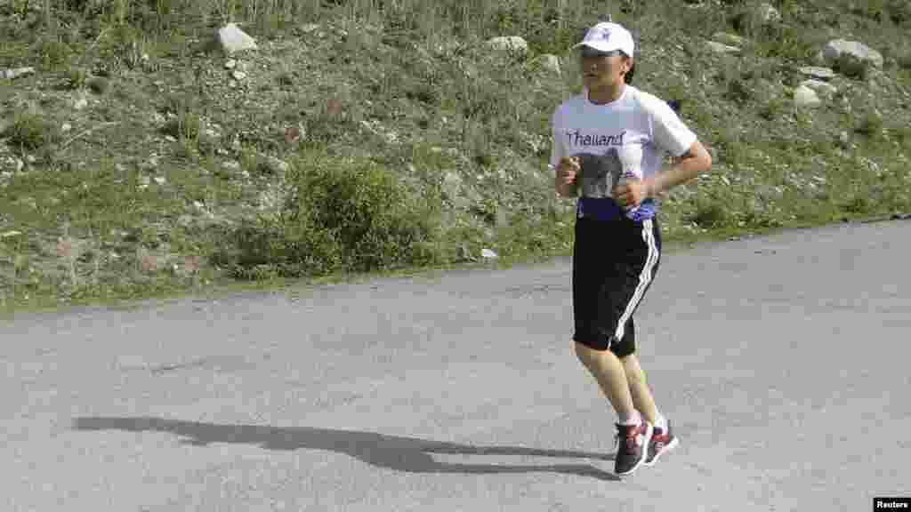 Айсулу Тыныбекова, представляет Кыргызстан по женской борьбе на Олимпийских играх в Лондоне. Тренировка в ущелье Аламедин