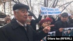 Участники траурного митинга по активисту Дулату Агадилу в городе Шымкенте. 27 февраля 2020 года.