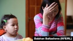 Өзін өртеген Светлана Тұрғымбаеваның қызы Айнұр Қоржынбаева (оң жақта),. Алматы, 10 сәуір 2016 жыл.