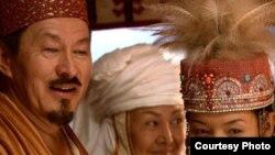 Актер Досхан Жолжақсынов (Біржан рөлінде) пен әнші Аша Матай (оң жақта, Ләйлім рөлінде) «Біржан сал» фильмінде.