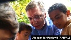 Aleksandar Vučić, tada predsednik Vlade Srbije, sa migrantima u parku kod Autobuske stanice avgusta 2015. godine.