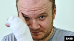 Россия. Олег Кашин проходит лечение в московской клинике – после покушения. 28.12.2010. Москва
