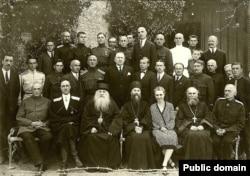 Генерал Врангель (сидит второй слева в первом ряду) с соратниками по РОВС, 1920-е годы