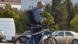 Люди пенсионного возраста надевают защитные маски в транспорте