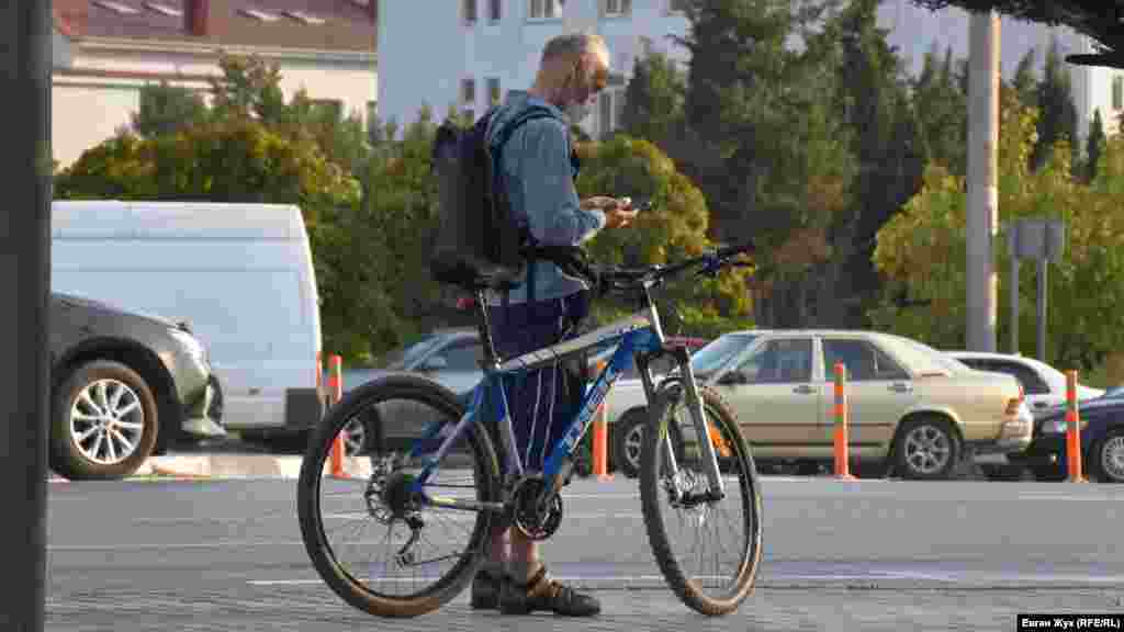 На вулиці захисні маски носити не потрібно, але цей велосипедист надів її