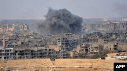 Сирияның Дейр-эз-Зор қаласындағы жарылыстан кейін әуеге көтерілген түтін. 2 қараша 2017 жыл.