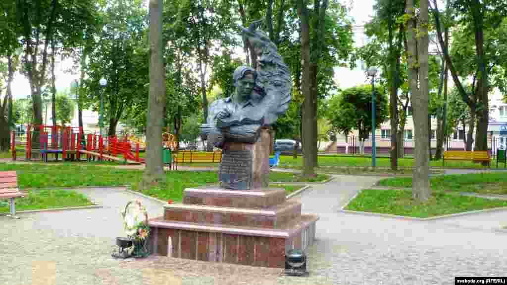 Помнік у парку на беразе Дняпра