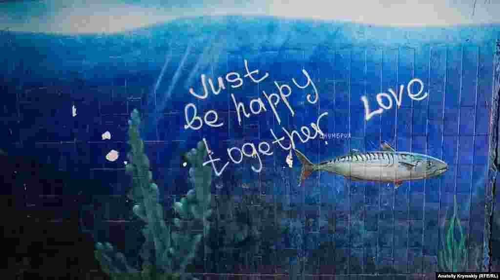 «Радостную» тему продолжили на граффити в переходе под мостом реки Салгир в Симферополе