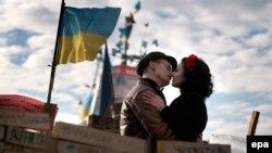 Парочка целуется на площади Независимости в Киеве, 23 декабря 2013 года