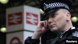 Лондонда қоғамдық қауіпсіздікті бақылап тұрған полицей. 7 қаңтар 2011 жыл. (Көрнекі сурет).
