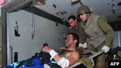 Израиль әскери дәрігерлері жараланған сарбазды Беер-Шев қаласындағы ауруханаға жеткізуде. 4 қаңтар 2009 жыл.