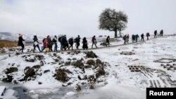 Izbjeglice prelaze rutu u blizini srpskog sela Miratovac, 18. januar 2016.