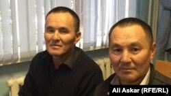 Самат и Санат (слева) Кожаниязовы в зале суда на процессе по иску против ДВД Актюбинской области. Актобе, 13 сентября 2016 года.