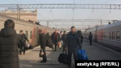 Travelers, including Kyrgyz migrants, at a Moscow train station (file photo)
