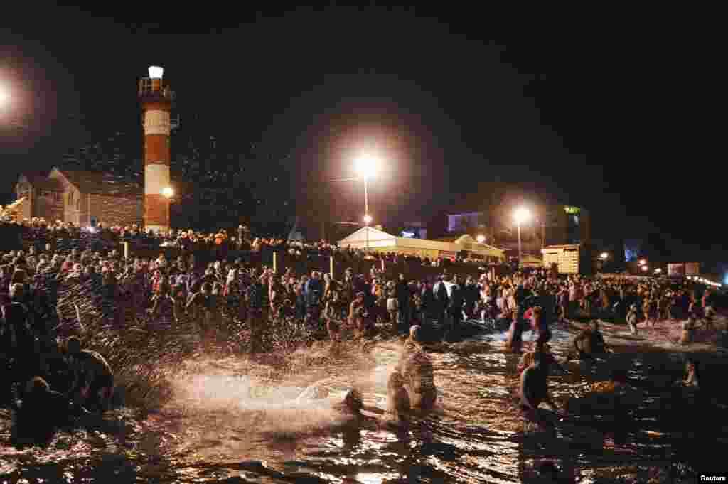Sute de ruşi s-au scufundat de Bobotează în mare, la Soci (Reuters/Nina Zotina)