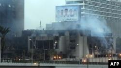Дым над зданием штаб-квартиры Национальной демократической партии, январь 2011 года.