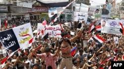 محتجون يمنيون يحتفلون بمغادرة الرئيس صالح الى السعودية