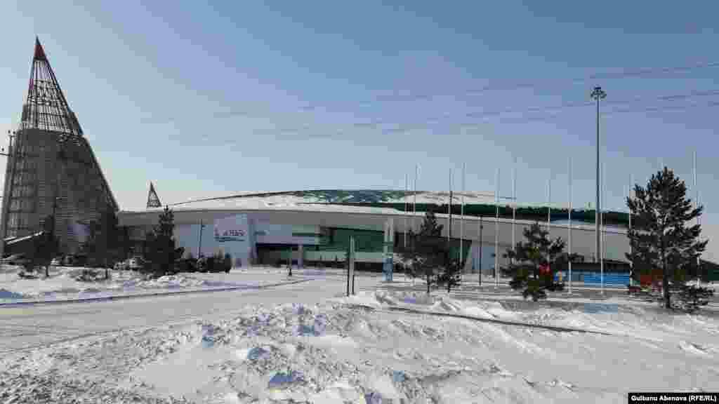 Массив расположен сразу за столичным спортивным комплексом «Алау».