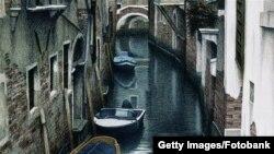 Да кто же такую венецианку полюбит? Представьте, как она выныривает из воды в такой же бурой слизи, что и сваи