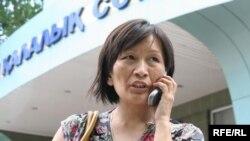 Зоя Нарымбаева, жена активиста оппозиции Ермека Нарымбаева, у подъезда Алматинского городского суда. Алматы, 19 мая 2010 года.