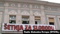 """Plakat tokom akcije """"Šetnja za slobodu"""" u Novom Sadu, 7. oktobar 2012. foto: Norbert Šinković"""