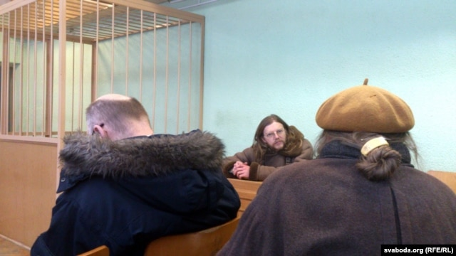 Belarusian artist Henik Loyka (center) at his court hearing in Minsk.