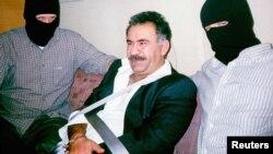 عبدالله اوجالان پس از بازداشت در پایتخت کنیا، در هواپیما به مقصد ترکیه، ۱۵ فوریه ۱۹۹۹