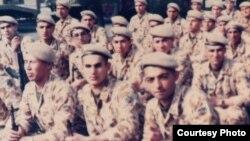 Иран-Ирак соғысына қатысушы Абдолкарим Қазақ (алдыңғы қатарда сол жақта). Сурет жеке архивтен алынды.