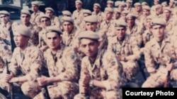 Участник ирано-иракской войны Абдолкарим Казах (в переднем ряду слева). Фото из семейного альбома.