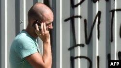 Alimlər mobil telefonları qulağa yaxınlaşdıraraq danışmağın təhlükəsiz olduğunu deyirlər.
