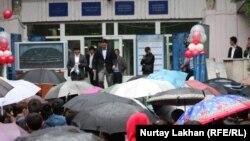 Выпускники, выходящие из учебного корпуса вуза после сдачи ЕНТ.