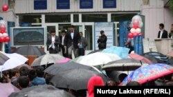 Абитуриенты выходят к ожидающим их родственникам и учителям после сдачи ЕНТ. Иллюстративное фото.