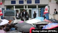 ҰБТ тапсырып шығып келе жатқан түлектер. Алматы, 3 маусым 2013 жыл. (Көрнекі сурет)