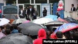 Сдавшие ЕНТ школьники выходят к ожидающим их родителям. Алматы, 3 июня 2013 года.