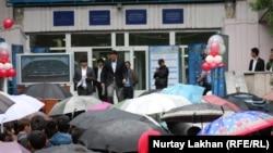 Выпускники выходят после сдачи ЕНТ к ожидающим их на улице родным. Алматы, 3 июня 2013 года.
