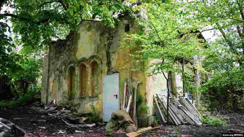 Некоторые постройки исторической усадьбы остались в полуразрушенном или даже аварийном состояниях